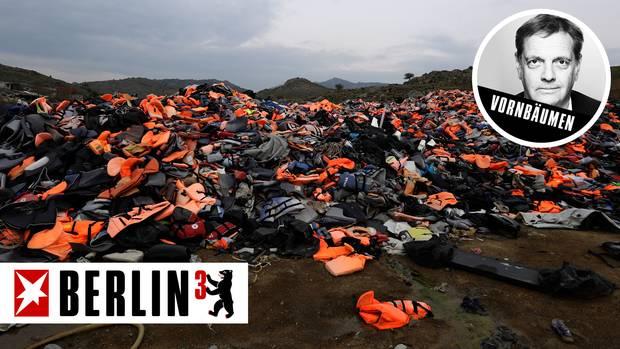 Ein Berg benutzter Rettungswesten liegt auf der griechischen Insel Lesbos