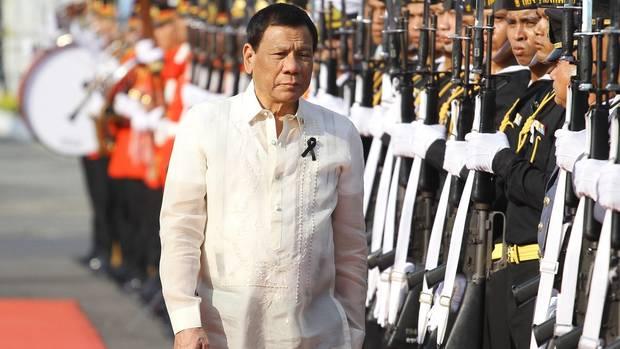 Der philippinische Präsident Rodrigo Duterte bei einem Staatsbesuch im weißen Zwirn.