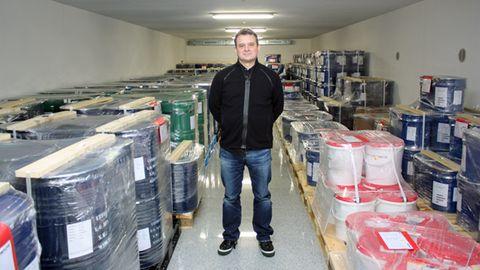 Rohstoffhändler Matthias Rüth in seinem Bunker in Frankfurt. In mehreren solcher Lagerräume stapeln sich auf insgesamt 1400 Quadratmetern mehr als 100 Tonnen Technologiemetalle und Seltene Erden.