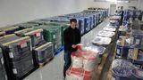 In Lagerräumen auf drei Etagen stapeln sich die Metalle in Kisten, Fässern und Eimern