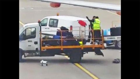 Koffer fliegen durch die Luft