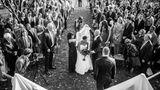 Die Fotografin – und Tochter – Nancy im Oktober 2013 am Tag ihrer Hochzeit. Ihre Eltern führen sie zum Altar, ganz, wie sie es sich gewünscht hatten.