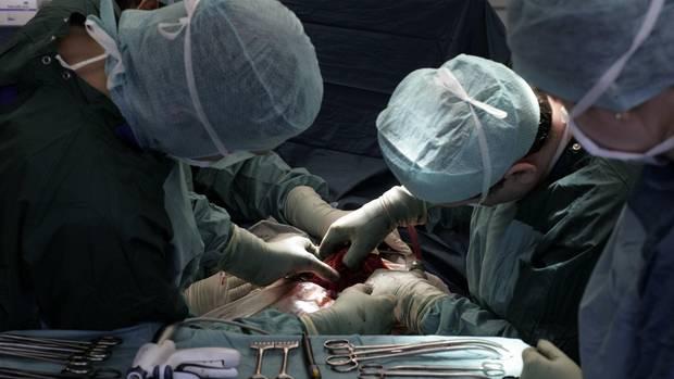 Zwei Ärzte während einer Operation. Die Ärztekammer gab die Zahl der Behandlungsfehler im letzten Jahr bekannt.