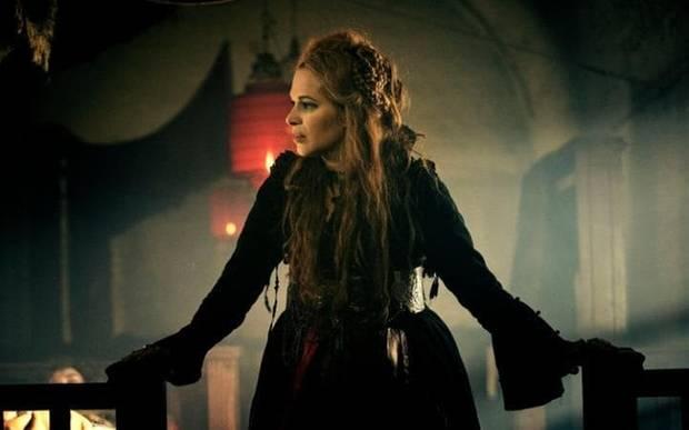 Franka Potente spielt die Bordellwirtin Helga.