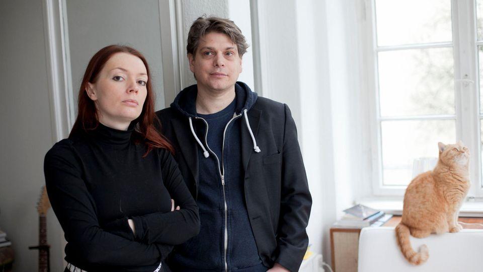 Verleger Zoë Beck und Jan Karsten vor einem Fenster. Das Team will mit eBooks die kreative Vielfalt erhalten.