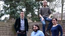 Die vier homunculus-Verleger posieren in einem Innenhof