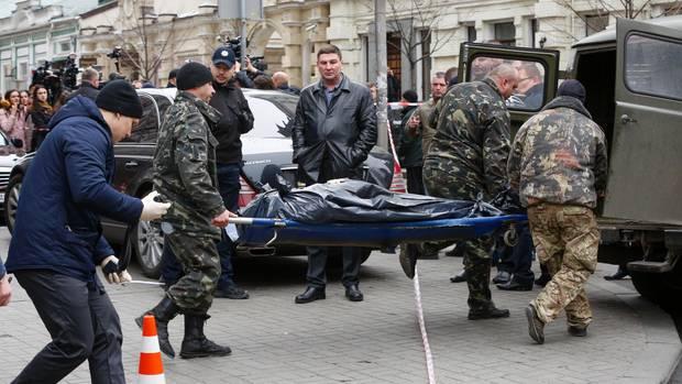 Polizisten tragen in Kiew die Leiche des ehemaligen russischen Parlamentsabgeordneten Denis Woronenkow
