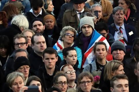 Nach Anschlag in London: 75-Jähriger erliegt seinen Verletzungen - Tausende bei Mahnwache versammelt