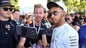 Formel 1 2017: Mercedes-Pilot Lewis Hamilton posiert für ein Selfie mit Fans