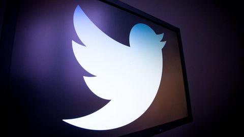 Das Logo des Kurznachrichtendienstes Twitter wird auf einem Bildschirm gezeigt