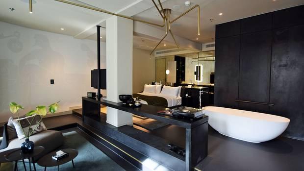 Die Punktleuchten aus schmalen Messingröhren an der Zimmerdecke erinnern an das ehemalige Telegrafenamt:W Hotel Amsterdam