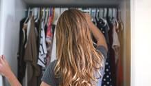 Life Hack: Trick für mehr Platz im Kleiderschrank