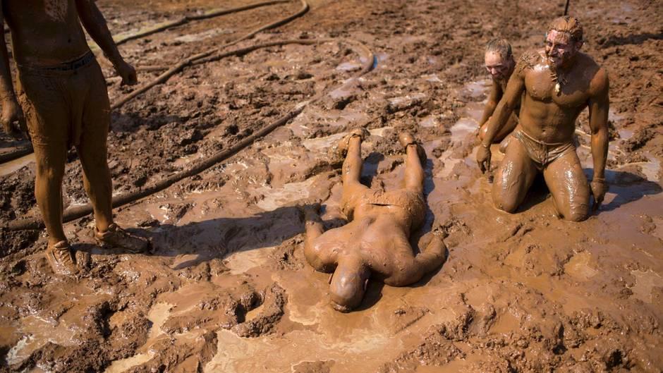 """Tel Aviv, Israel. Vollen Einsatz zeigen diese Teilnehmer beim """"Mud Day"""" (dt.: Schlamm-Tag), einem 13 Kilometer langen Hindernis-Rennen. Aber so viel steht jetzt schon fest: Die Dusche danach haben sie sich verdient."""