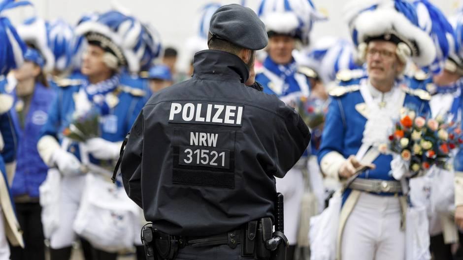 Ein Kölner Polizist im Einsatz beim Karneval