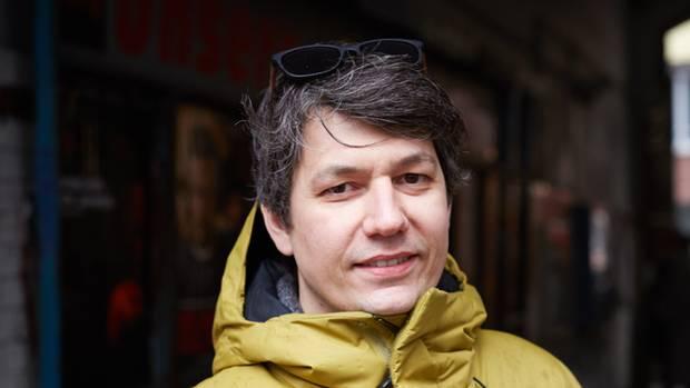 """""""Wohnraum zum Beispiel wird für die hart arbeitende Mitte immer unerschwinglicher. Dabei sollte Wohnen Grundrecht sein! Ich sorge mich, dass sich die Gesellschaft entzweit. Das Gesetz des Stärkeren – das passt nicht zur Demokratie, finde ich. Im Hintergrund wird über zu vieles geklüngelt, was für uns Bürger nicht ersichtlich ist.""""  Domenico Di Santolo, 37, selbstständiger Zahntechniker, Status: Mitte im engen Sinn"""