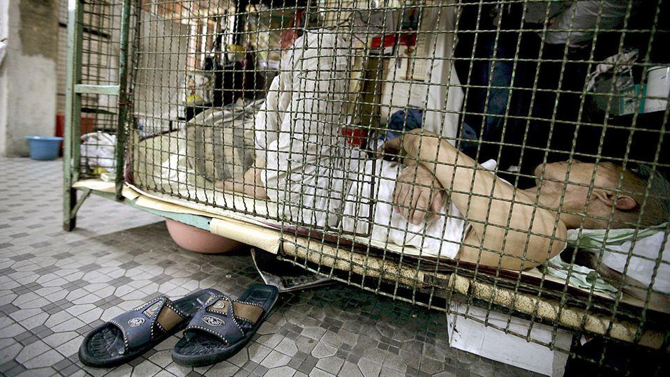 Ganz unten in Hongkong: Etwa 100 Euro kostet der Platz in einem Käfig im Monat.
