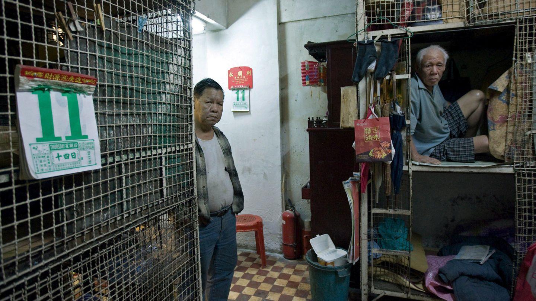 Zehn Käfige stehen in dem Raum, eine Küche gibt es nicht, aber ein Gemeinschafts-WC und eine Dusche sind vorhanden.