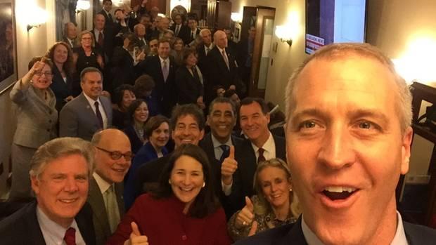 Demokraten schicken Selfie voller Schadenfreude an Donald Trump