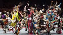 Denver, USA. Indianer führen einen Tanz auf beim traditionellen Denver March Powwow. Ein Powwow ist ein Treffen nordamerikanischer Indianer, um gemeinsam zu tanzen, zu singen, Kontakte zu knüpfen und die indianischen Kulturen zu ehren. Allein in Denver nehmen in diesem Jahr 55.000 Indianer an dem Fest teil.