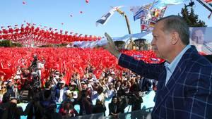 Recep Tayyip Erdogan bringt in Antalya Referendum über EU-Beitrittsgespräche ins Gespräch