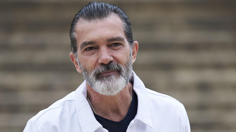 Antonio Banderas mit ergrautem Bart in weißer Jacke - Der 56-Jährige hat einen Herzinfarkt überlebt