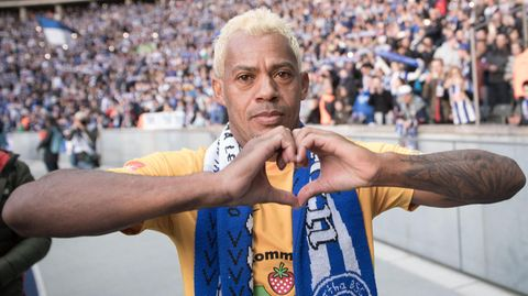Marcelinho formt mit den Händen ein Herz - Bei Hertha BSC im Berliner Olympiastadion feiert er Abschied vom Fußball