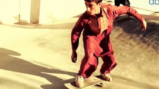 Auf dem Skateboard vergessen Kinder in Kriegsgebieten ihren schweren Alltag