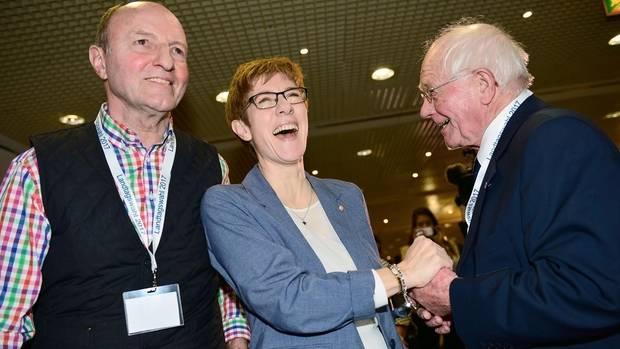 annegret Kramp karrenbauer nimmt Glückwünsche zum Wahlsieg im Saarland entgegen