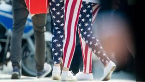 Frauen in Leggings, die der US-Flagge nachempfunden sind. Die United Airlines verbot zwei Teenagern die Mitreise.