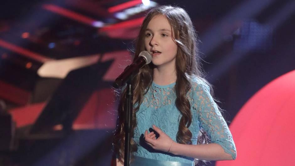 Die 11-jährige Sofie steht beim Finale von The Voice Kids auf der Bühne
