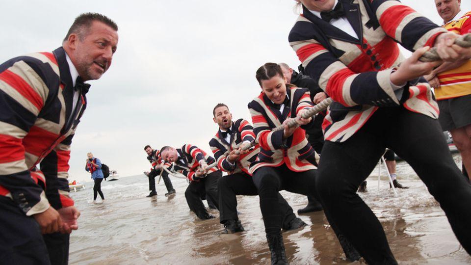 Tauziehen um Britannien.Mitglieder zweier Segelklubs messen sich auf einer Sandbank im Solent. Bis das Wasser kommt…