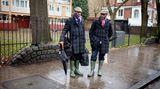 """Mit Schirm, Charm und Gummistiefeln, die auf der Insel """"Wellies"""" heißen. Zwei sehr traditionelle Briten in London."""