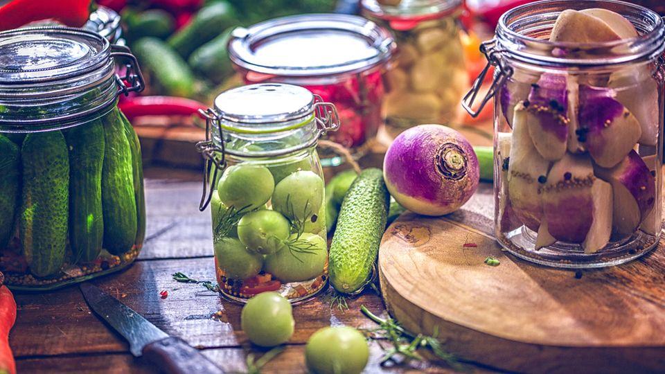 Eingemacht in Weckgläsern bleiben zahlreiche Gemüse und Obstarten für viele Wochen schmackhaft