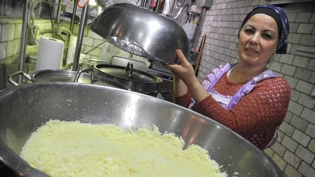 """Habiba Hachemi aus Algerien in einer von zwei Küchen der """"Enoteca Maria"""":""""Ich war 14 Jahre alt, als meine Mutter mir das Kochen beibrachte. Meinte Tochter kocht auch, sie macht alles."""""""