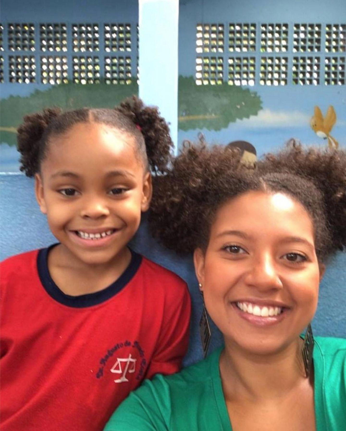 Dieses Foto, von sich und ihrer Schülerin, postete die brasilianische LehrerinAna Bárbara Ferreira auf ihrem Facebook-Account. Die Geschichte dahinter ist rührend.