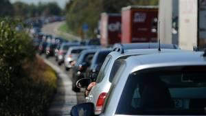 Nachrichten aus Deutschland: Nach einem Lkw-Crash staut sich der Verkehr auf der A6 bei Sinsheim