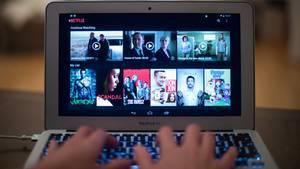 Der Bildschirm eines Laptops zeigt die Startseite des eines Streaminganbieters wie Netflix und Amazon