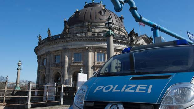 Polizeiwagen vor dem Bode-Museum in Berlin - eine riesige Goldmünze wurde gestohlen