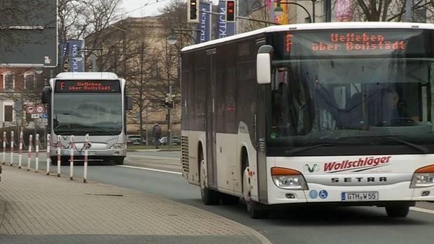Doppelbetrieb in Gotha:Zwei Busse, die dieselben Strecken bedienen - zur gleichen Zeit?Was absurd klingt, ist in Gotha seit Jahresbeginn fast schon Normalität: Auf 13 Linien in der Innenstadt verkehren gleich zwei Busunternehmen. Weil die regionale Verkehrsgemeinschaft dem bisherigen Busunternehmer nach einem Vergütungsstreit gekündigt und einen anderen Anbieter beauftragt hatte, war das die einzig logische Konsequenz, dachte sich der bisherige Unternehmer. Seine Verträge laufen nämlich offiziell noch bis 2019, sagt er – und fährt einfach weiter. Auf den Kosten von inzwischen über einer Million Euro wird wohl der Steuerzahler sitzen bleiben.