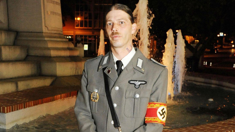 Der US-Amerikaner Isidore Heath Campbell posiert in SS-Uniform für ein Foto.