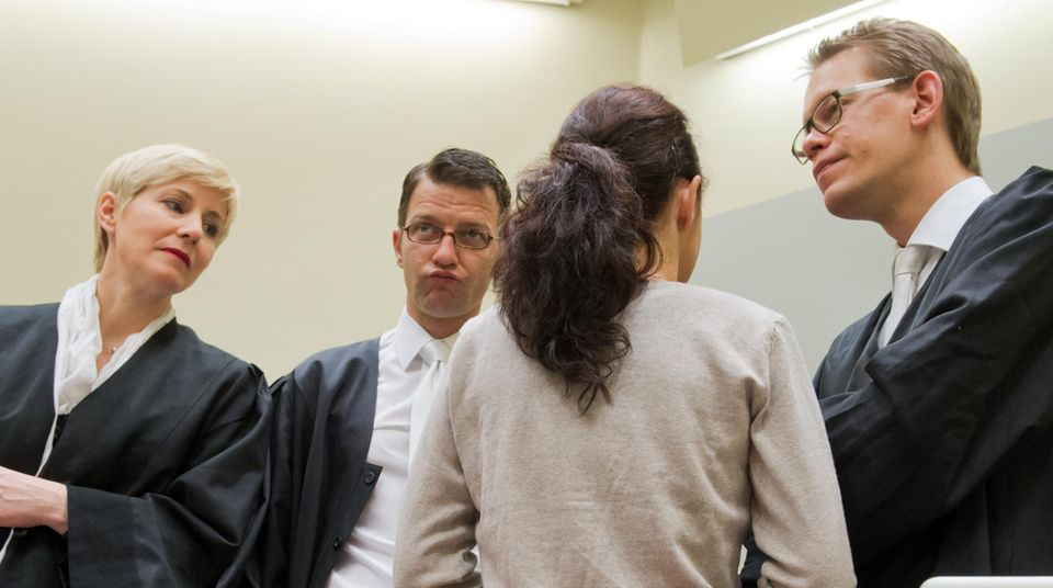 Die Angeklagte Beate Zschäpe zwischen ihren Anwälten Anja Sturm, Wolfgang Stahl und Wolfgang Heer