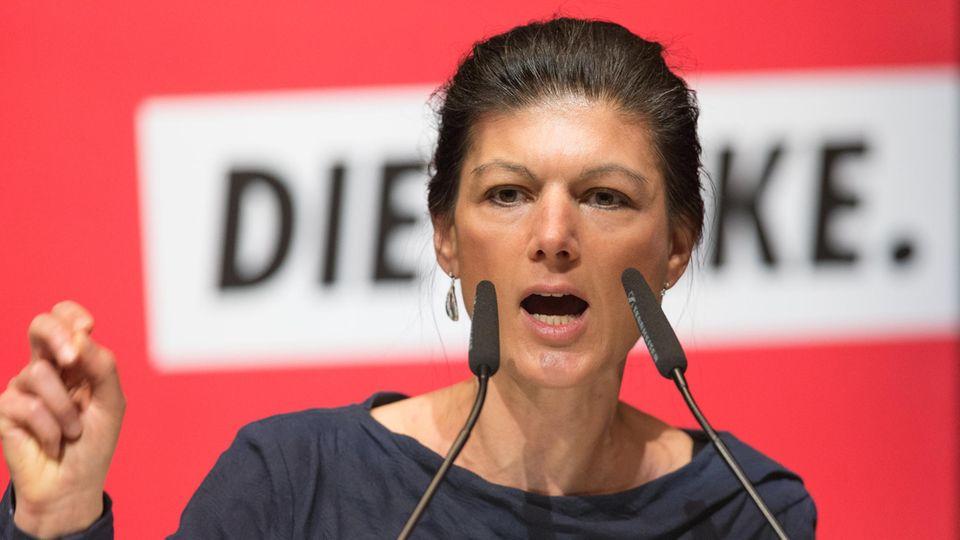 Linken-Fraktionschefin Sarah Wagenknecht auf einer Bühne. Sie hat sich zur Türkei geäußert.