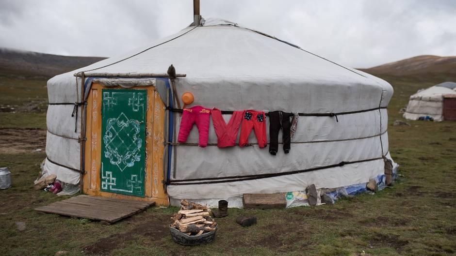 """""""Die Nomaden wechseln ihren Standort mehrmals im Jahr. Vor dem Umzug in das nächste Quartier muss die Jurte abgebaut und in ihre Einzelteile zerlegt werden. Am nächsten Ort wird sie dann wieder aufgebaut."""""""
