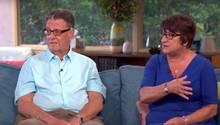 Das Ehepaar sitzt während der Sendung auf dem Sofa
