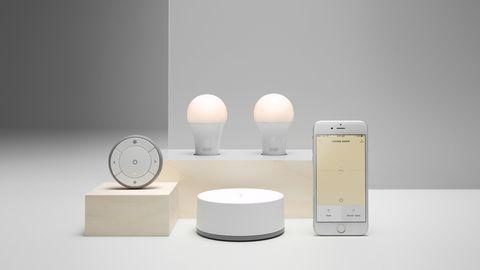 Neben Glühbirnen, Bewegungsmelder und zentraler Steuerung bietet Ikea auch maßgeschneiderte Leuchtelemente für die eigenen Möbel an.
