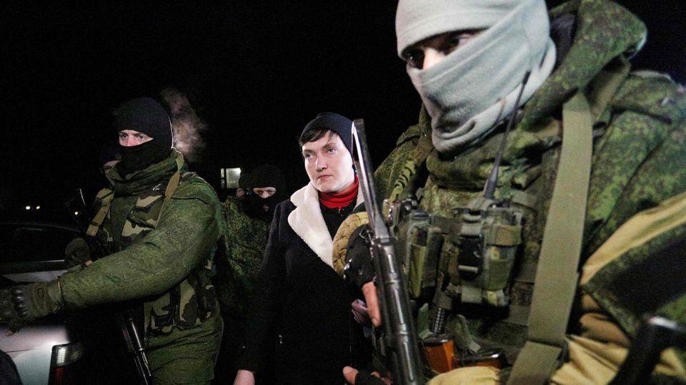 Nadja Sawtschenko bei ihrem Besuch im Donbass im Februar 2017. Dafür droht ihr jetzt ein Verfahren wegen Staatsverrats.