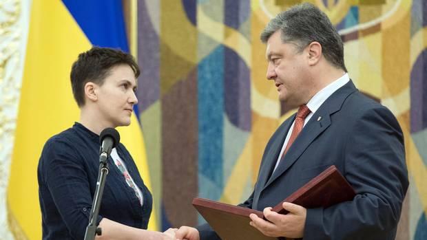 Petro Poroschenko verleiht Nadja Sawtschenko im Mai 2016 die Helden-Medaille
