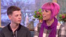 """Callie und ihr Sohn Deryn sitzen in der britischen Fernsehsendung """"This Morning"""""""