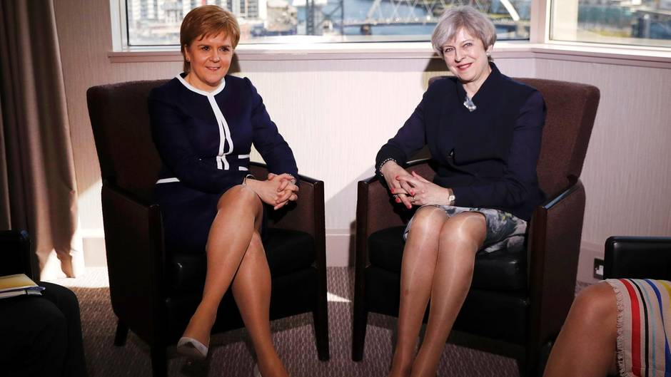 Zu sehen sind Nicola Sturgeon und Theresa May, sitzend.