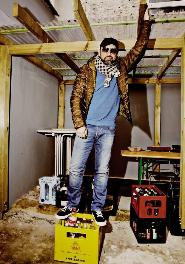 Serdar Somuncu steht auf einer Bierkiste